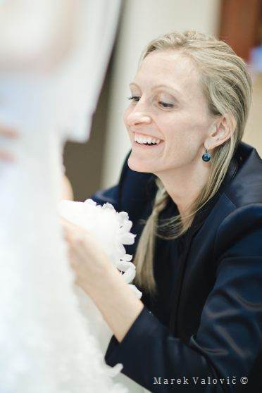 weddind dress repairing - support to bride