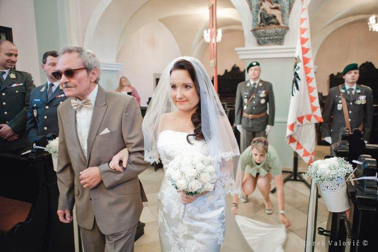 support to bride during ceremony by planner