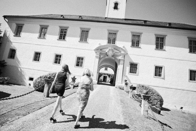 wedding guests entering the Schloss Altenhof
