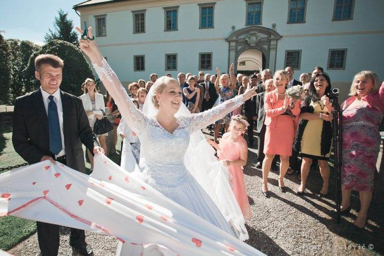 cutting the heart - winning bride - traditions Austria