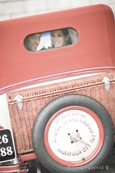 newlyweds in vintage veteran car