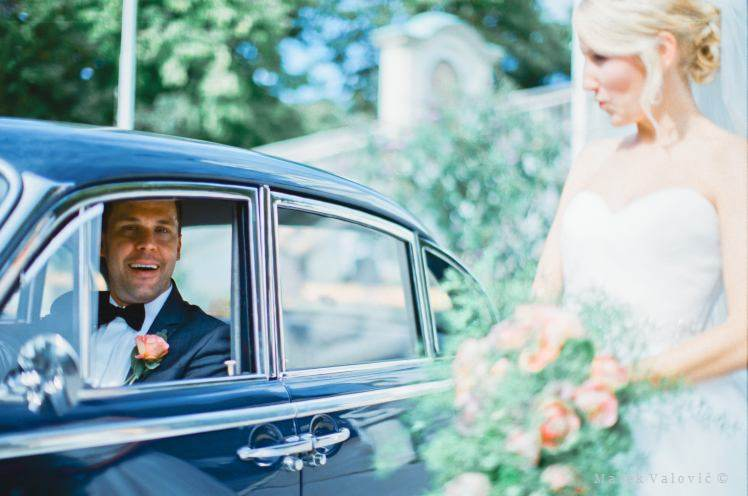 Film photographer Vienna - Bride and groom with old timer