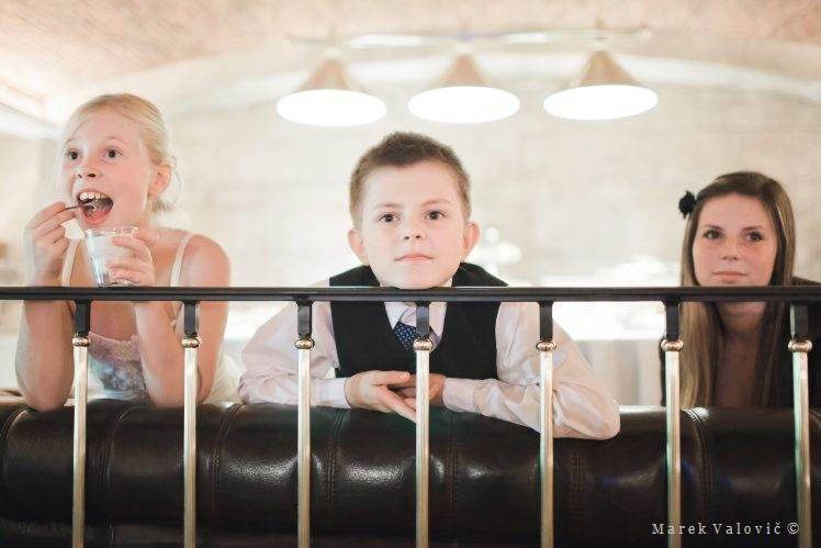 wedding kids eating watching photos