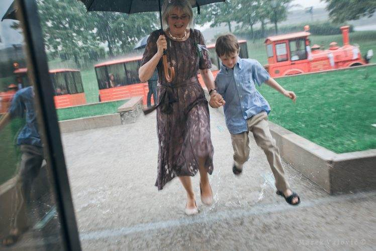 rainy wedding - running kid
