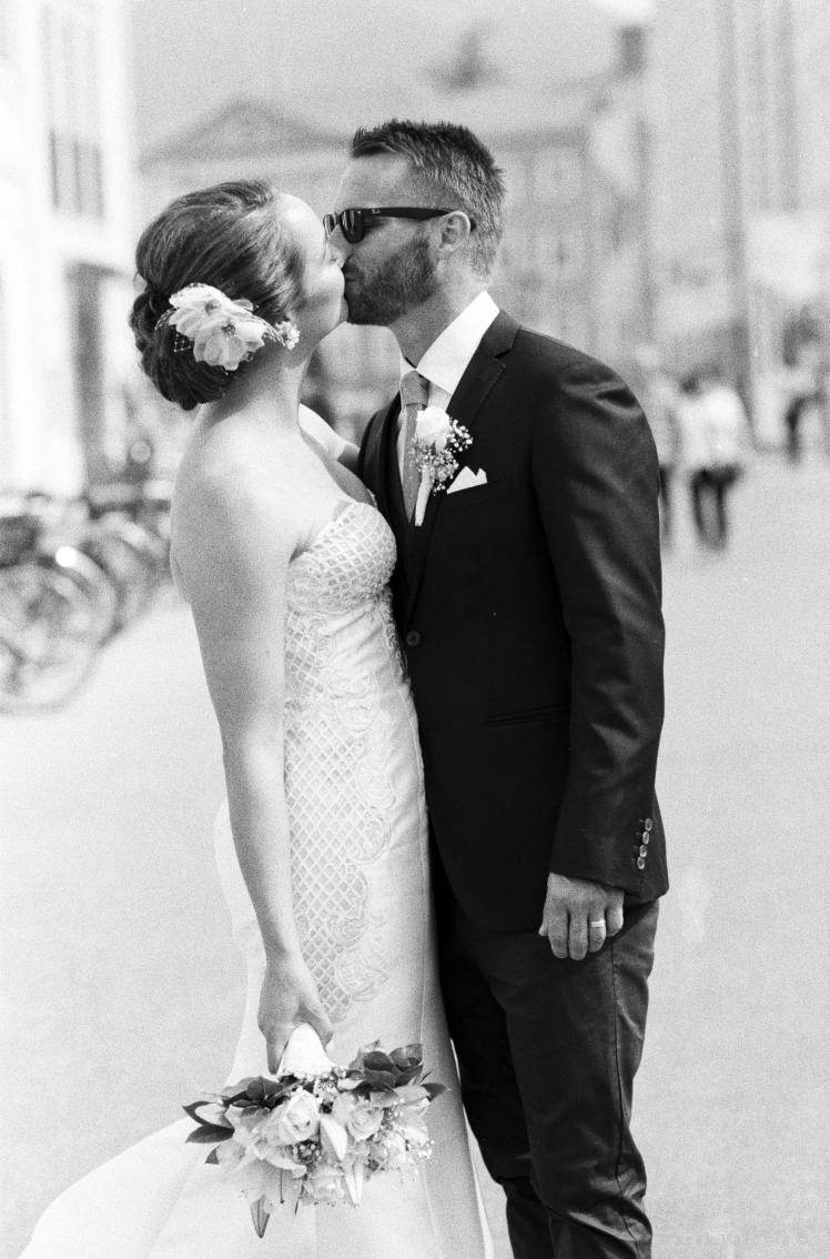 Bride and groom kissing in Residence square in Salzburg - Kodak TRI-X400 FILM