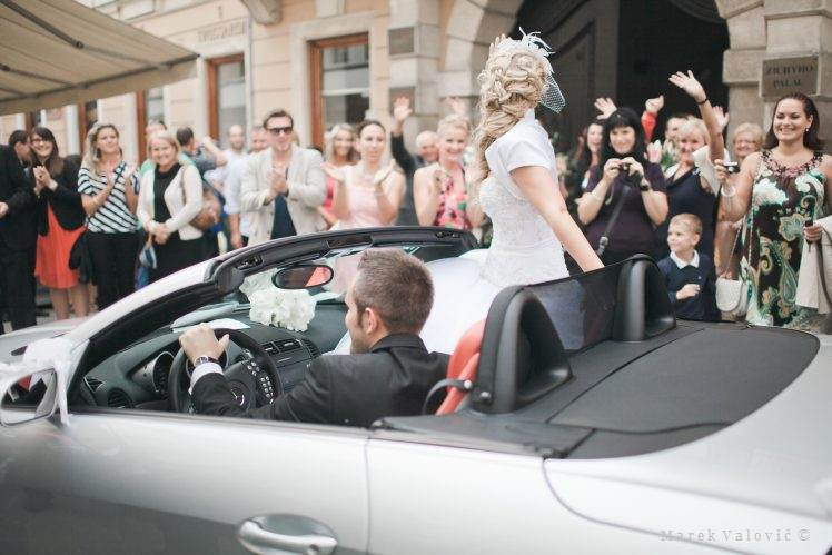 leaving bride and groom mercedes cabrio