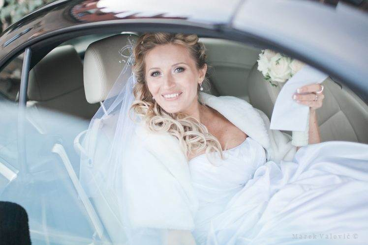 bride sitting in wedding car