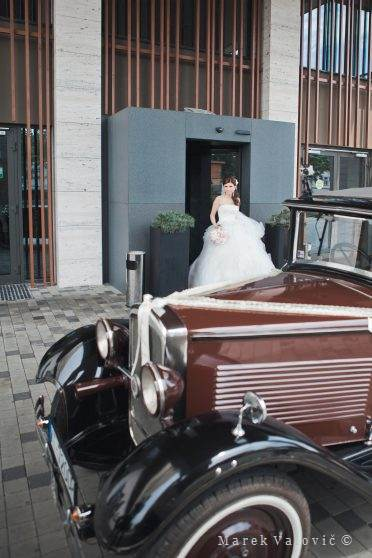 bride brown veteran car